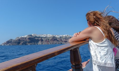 An afternoon boat tour in Santorini – on route to Oia
